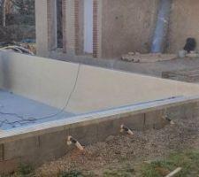 Les travaux pour la piscine reprennent : pose du liner en cours