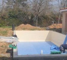 Les parois sont recouvertes du liner, place à la sorte de moquette sur le sol de la piscine