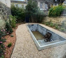 Jardin terminé, la piscine attend ses margelles
