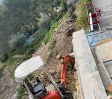 Démarrage des terrassements réalisation des 6 trous pour coulage des plots