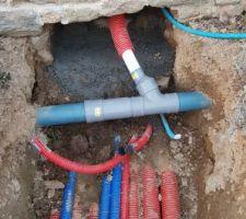Entrée tuyaux dans local technique et raccordement aux eaux pluviales qui passent justement par là en direction du fossé.