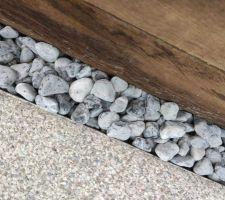 Aujourd'hui mise en place des galets en calcaire gris/bleu 30/50 pour faire office de caniveau pour évacuer les eaux de pluies de la terrasse en béton tout autours de la piscine.