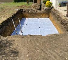 Préparation radier : geotextile , graviers roulés , polyane et ferraillage st25c .