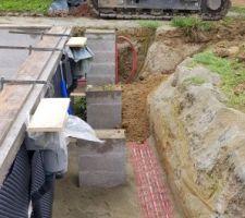 Remblaiement avec la terre de l'excavation, rien de très technique. Le terrassement est le seul poste que je ne fais pas moi-même.