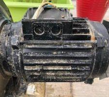 Après que le cable ait fondu, etat de la pompe. Dépôt blanc sur toute la surface plastique vers la bobine