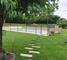 La clôture, spéciale piscine de marque Lippi(je précise son nom, car c'est un fabricant local réputé) avec portillon de sécurité.