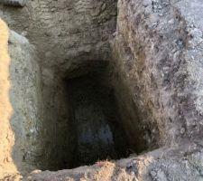 Comme le sol était humide (à 2 mètres), et que en colline ou je suis c'est très sec en surface, et un forage c'est mini 100 mètres, j'ai du creuser une rampe pour descendre dans le trou du bassin pour de nouveau creuser plus profond et capter ces veines. ce puits me servira de décompression et de puits traditionnelle !