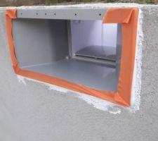 Mise en place du mastic PU entre maçonnerie et pièces à sceller