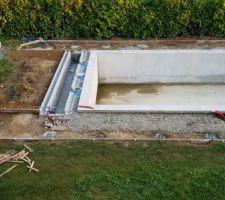 Coffrage terrasse, 50 m² en tout. Le carrelage prévu sera du grès cérame 60x60x2 Novoceram Tiber light (imitation travertin). On posera ça après que la dalle aura passé l'hiver.