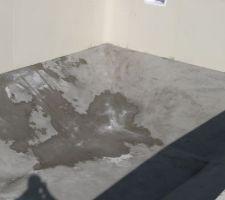 La dalle de béton dans le fond est faite