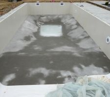L'eau remonte par capillarité (une petite source existe en-dessous visiblement)