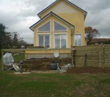 Piscine et terrasse bois avec abri de jardin