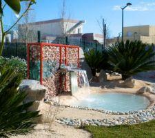 Le petit bassin qui tient compagnie à la piscine ;)