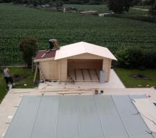 Mise en place de la couverture d'étanchéité du toit.