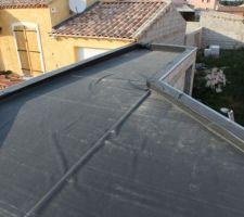 Le toit de la cuisine d'été en membrane epdm