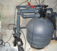 Côté local technique, j'ai choisi la totale car je n'aime pas les contraintes. Le kit comprenait donc (dans l'ordre du circuit) : Pompe (1CV), filtre (2 sacs de grviers 3 sacs de sable, vanne 6 voies, manomètre, sonde PH, pompe à chaleur 8.5KW, insertion d'acide, électrode pour transformation de sel en chlore.
