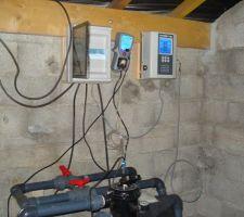 Les armoires électriques. Coffret principal : Disjoncteur 16A règlable. Inter marche forcée, OFF ou horloge. Inter de spot coloré. Perso j'ai mis un relai entre l'alim de pompe et l'alim de la pompe à chaleur (indépendante car 20A). Ca permet une mise en route automatique de la PAC (forcée, arrêt ou marche forcée). Coffret dosage PH : relié au bac d'acide, à la sonde et à l'injection automatique. Coffret chlore : reliée à l'électrode qui est sur le circuit d'eau.