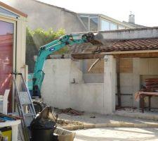 Demolition d'une partie de la cuisine d'ete pour pouvoir mettre la piscine