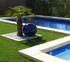 Le petit bain est composée d'une pataugeoire en pvc blanc anti-dérapant donc l'eau y est très claire