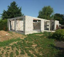 Bâtiment piscine avec 4 ouvertures baies et une ouverture porte pour accéder au sanitaire.