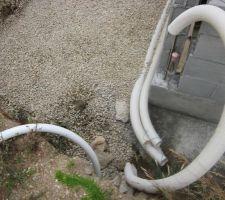 Pose d'un drain sous le futur bac tampon et tout le tour des fondations
