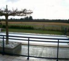 Photo panoramique avec le chalet (pool house) et la piscine en hiver sans le dallage réalisé , sécurité piscine réalisée par le volet et le garde-corps
