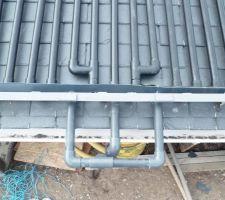 On voit l'arrivée d'eau qui se sépare en 2 de chaque côté et le retour par le tuyau du milieu , tous les tuyaux sont en PVC-U pression DN 32 de PN 10 ou PN 16 (bar) ,  les tuyaux sont peints en noir pour mieux absorber la chaleur