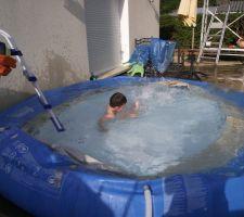 La grele a eu raison de la piscine, dernier bain pour alex.