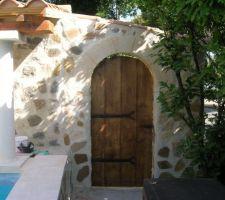 La porte avec ses clous de décoration