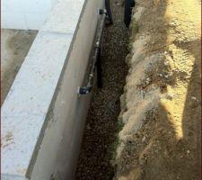Sable au fond et sur les tuyaux, puis cailloux, géotextile et terre