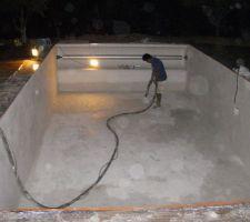 Projection du revêtement silico marbreux (de nuit, a cause de la température)