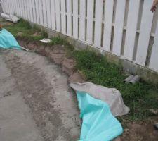 Une couche de géotextile Une couche de gravier pour drainer Une couche de polyane La dalle béton