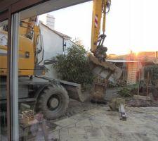 Une des difficultés pour notre chantier : le peu d'accès. Il y a moins de 3 mètres entre notre pignon et celui du voisin. Les engins et les camions passent de justesse ! Heureusement que les pros sont des pros...