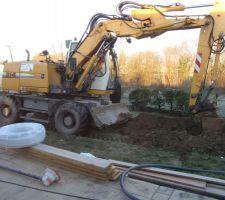 La tranchée pour rejoindre le local technique est la première réalisation : les tuyaux et gaines sont aussitôt déposés et la tranchée rebouchée.