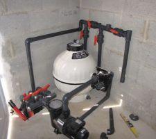 La pompe et le filtre sont aussi posés dans le local technique.