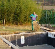 21 jours de séchage plus tard : remblaiement de la piscine