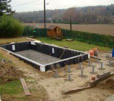 Coulage de plots en béton pour soutenir la future terrasse qui sera sur de la terre rapportée.