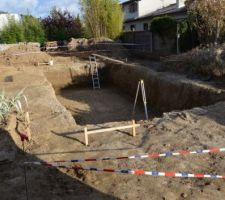 Le terrassement est réalisé 1m70 sous fini avec un décapage de 30cm en périphérie pour la futur terrasse