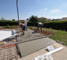 Livraison du béton, on tire la béton sous 26°c! La terrasse prend forme.