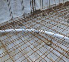 Ligature du tuyau de la bonde de fond pour qu'il ne bouge pas lors de la coulée de la dalle