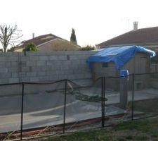 Après mur de clôture voisin 3/3. à noter une superbe bache bleu pour protégér de l'eau notre local technique qui a souuffert pendant l'hivers (surtout du vent ....)