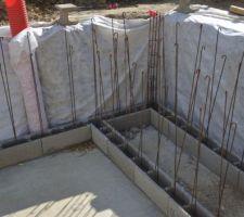 Détail du 1er rang de blocs à bancher posé au mortier pour avoir un niveau parfait