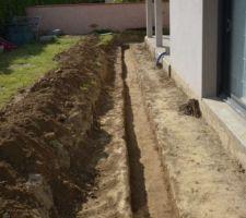 Comme il faut patienter pendant que la dalle sèche, je m'occupe à préparer le pourtour de la terrasse