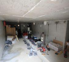 Pas question de s'ennuyer ; il reste la plomberie et l'électricité au sous-sol !