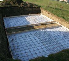 Le trou ayant été creusé, nous préparons le béton pour faire deux dalles