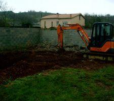 28 janvier 2012 :début du chantier ; après avoir délimité notre piscine sur le terrain, c'est au tracto à enlever toute la terre - elle va être sotckée plus loin pour ensuite la réutiliser autour des parpaings - grâce à cet engin, la maneuvre a durée juste une grosse après midi -