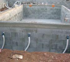Les buses de refoulement - fixées aussi au moment du montage des murs - raccordées à du tuyau souple pour contourner la piscine jusqu'au local technique -