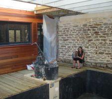 Apres l'armature ce fut la pose des lames de terrasse autour de la piscine