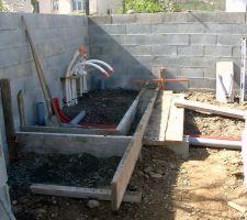 Pendant que les murs sèchent (3 semaines), nous nous attaquont au local technique 2mx1m50 - avec petit coin wc et en prévision une douche solaire - donc : les tuyaux blanc ce sont les flexible pvc souples - les gaines rouges ce sont les gaines électriques (pour recevoir tous les cables életriques(inter/pc/pompe...) - et les tuyaux pvc rigides gris c'est pour l'évacuation des eaux usées qui sont raccordées aux évacuations de la maison -
