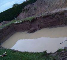 ça se rempli tout seul !!!! même la terre s'effondre tellement le terrain est détrempé !!